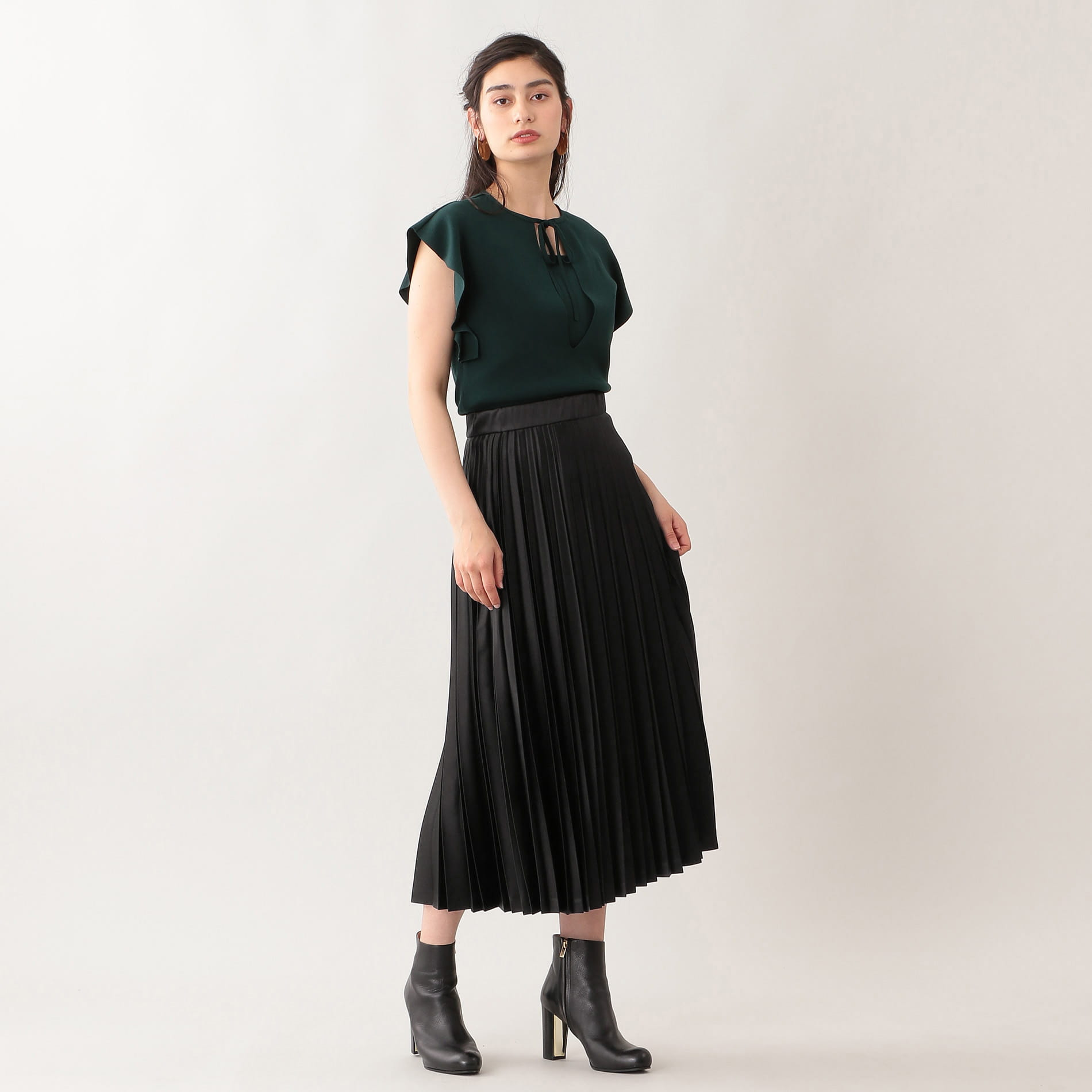 エンボスサテンプリーツスカート